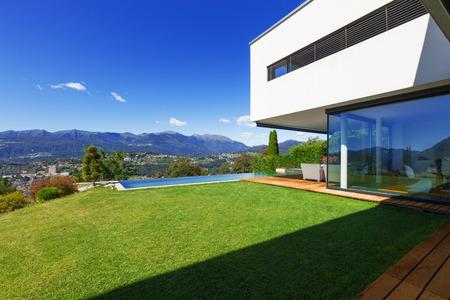 Villa, piscine à débordement dans le jardin Banque d'images - 31652511