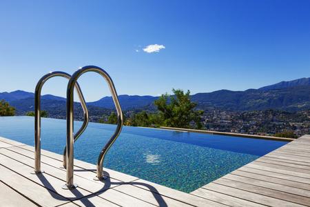 Handgrepen ladder in het zwembad, buiten Stockfoto