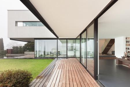Architektura, krásný interiér moderní vily, pohled z verandy Reklamní fotografie