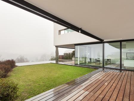 Architectuur, prachtige interieur van een moderne villa, uitzicht vanaf de veranda Stockfoto