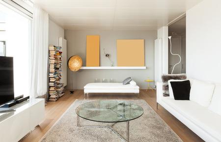 divan: hermosos interiores de una casa moderna, sala de estar Foto de archivo