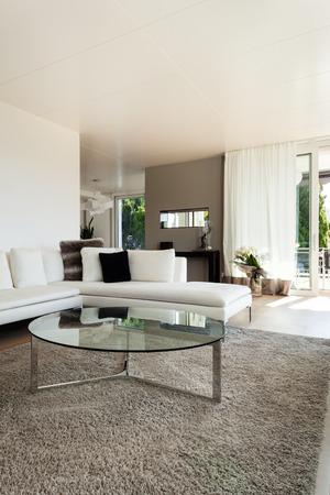 divan: sch�nes Interieur eines modernen Hauses, Wohnzimmer, wei�en Sofa Lizenzfreie Bilder