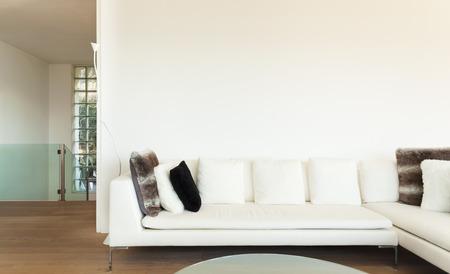 divan: hermosos interiores de una casa moderna, sala de estar, sof� blanco