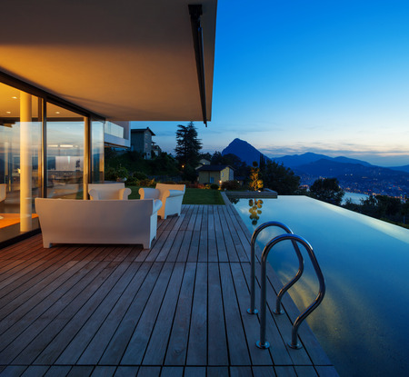 exteriores: Casa moderna con piscina y jardín, horario de verano Foto de archivo