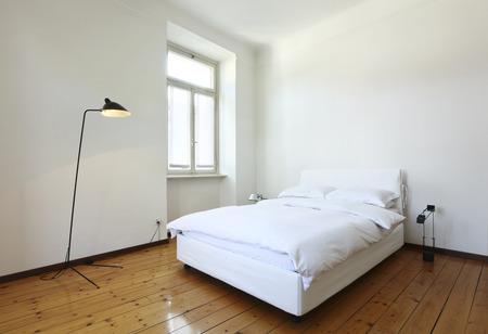 chambre avec lit blanc