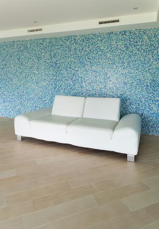 divan: Casa moderna, piscina cubierta, div�n blanco Foto de archivo
