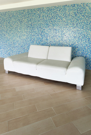 divan: hermosa villa, piscina cubierta, diván blanco Foto de archivo