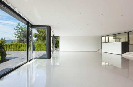 Interni villa moderna, ampio soggiorno con grandi finestre Archivio Fotografico