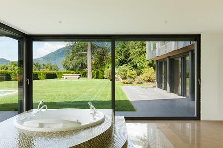 bienes raices: hermosa habitaci�n con jacuzzi, ventana con vistas al jard�n