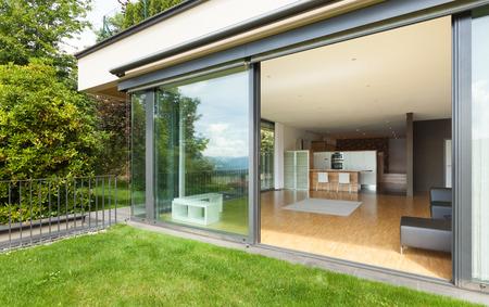 open windows: casa moderna, amplia sala de estar, vista desde el jardín
