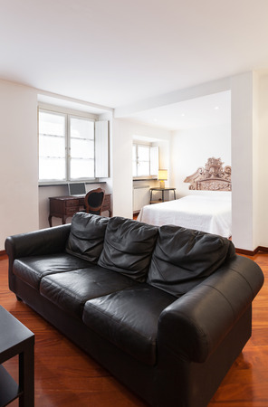 divan: Bonito apartamento, interior, div�n negro