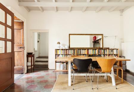komfortní jídelna, interiér pěkné podkroví