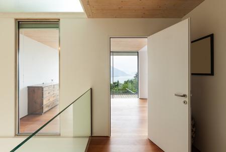 Interior, casa moderna, vista de la habitación desde el pasillo