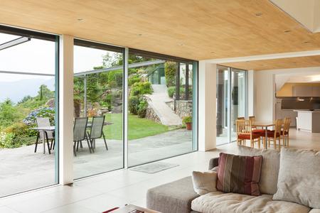 casa di montagna, architettura moderna, interni, soggiorno, veranda vista Archivio Fotografico