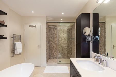 casa moderna, interno, vista bagno