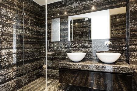 bel bagno moderno con muro di marmo