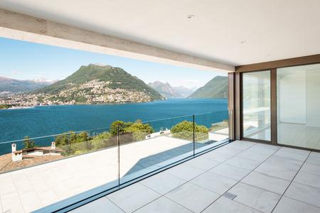 adentro y afuera: hermosa terraza en un ático moderno, vista al lago