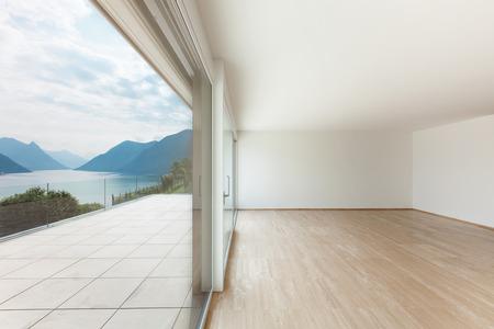 Interni, attico moderno, vuoto soggiorno con grande finestra