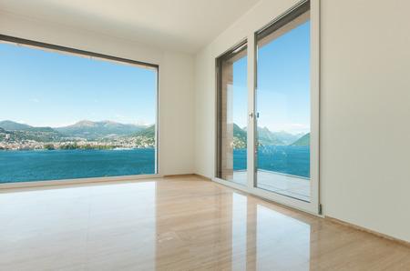 現代の家は、湖を見下ろす窓と空の部屋 写真素材