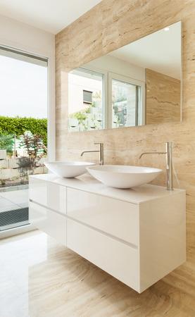 大理石の壁に素敵なモダンなバスルーム 写真素材