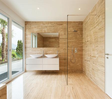 bel bagno moderno con pareti di marmo Archivio Fotografico