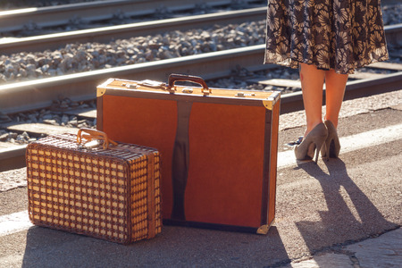 femme valise: Détails de la femme d'attente à la station de chemin de fer