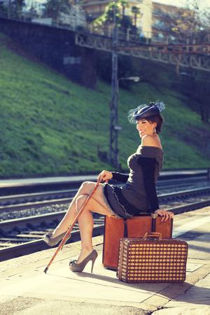 pin up vintage: Ritratto di donna, la stazione ferroviaria Archivio Fotografico