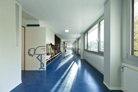 Moderní veřejná škola, chodba modrá podlaha