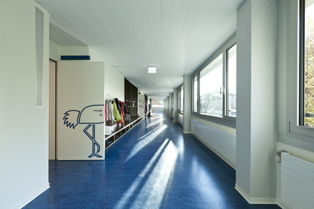 moderne öffentliche Schule, Flur blau Boden