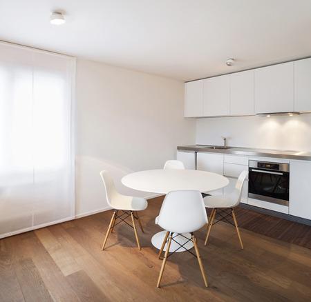 건축, 편안한 아파트, 흰색 부엌보기 스톡 콘텐츠
