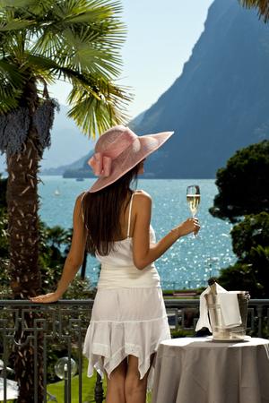 donna ricca: bella donna sulla terrazza del prestigioso hotel, ritratto
