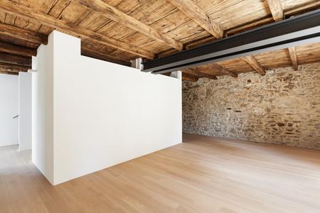 splendido loft moderno, stanza vuota con muri in pietra