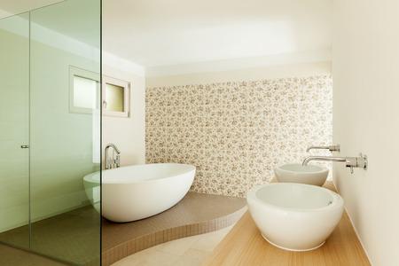 cabine de douche: Intérieur d'une nouvelle maison vide, salle de bains