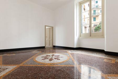 ventana abierta interior: Interior, viejo apartamento vac�o con suelos de m�rmol Foto de archivo