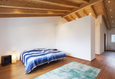 Bella moderno loft, camera da letto, pavimento in legno