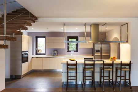 美しいモダンなロフト、キッチンのビュー