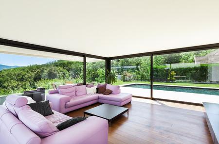 Villa moderna, interno, ampio soggiorno con divano rosa