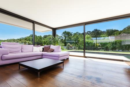 Villa moderna, interno, ampio soggiorno con divano
