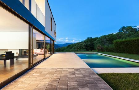 Moderní vila s bazénem, noční scény
