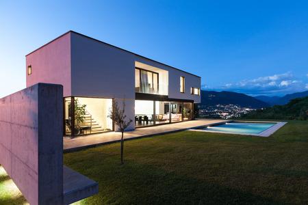 Villa moderna con piscina, scena notturna Archivio Fotografico - 36195388