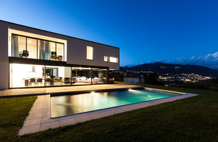 Villa moderna con piscina, scena notturna