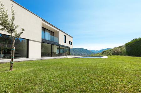 수영장과 현대 빌라, 정원에서보기 스톡 콘텐츠