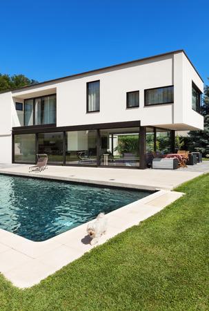exteriores: Moderna villa con piscina, vista desde el jardín Foto de archivo