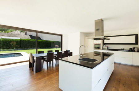 Moderne Villa, Interieur, schöne Küche und Esstisch