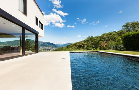 Moderne Villa, im Freien, Blick vom Pool Standard-Bild