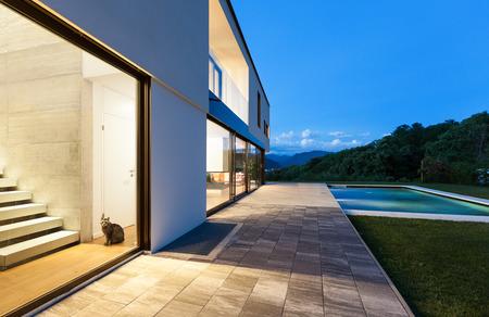 Moderne Villa mit Pool, Nachtaufnahme