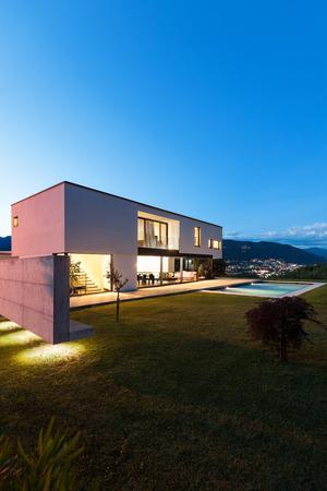 Villa moderna con piscina, scena notturna Archivio Fotografico - 36195448