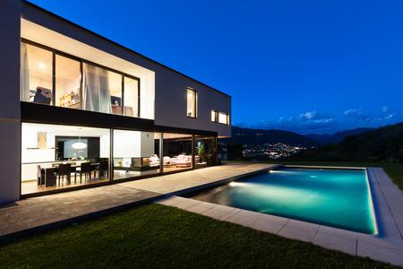 Moderne villa met zwembad, nachtopname