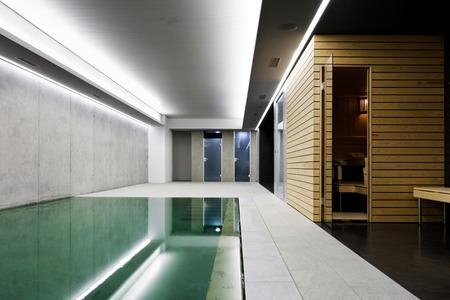 moderne betonnen huis, overdekt zwembad met sauna Stockfoto