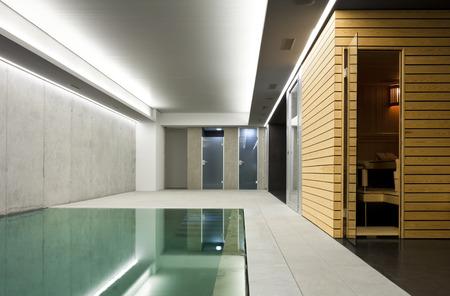 현대 콘크리트 집, 사우나가있는 실내 수영장 스톡 콘텐츠